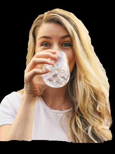 Frau trinkt Tafelwasser